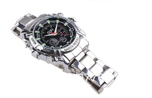 Đồng hồ camera G-Sock Full HD dây sắt thiết kế hoàn hảo giúp người dùng có thể sử dụng như đồng hồ bình thường.